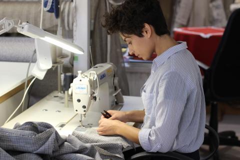 costurera, mujer cosiendo ropa con máquina de coser