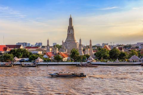 Culturas ancestrales y las más modernas ciudades caben en el sudeste asiático como Wat Arun en Bangkok, Tailandia