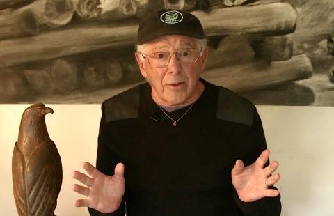 Siempre que YouTuber David Hoffman, de 78 años, aparece en pantalla en sus vídeos, suele utilizar este fondo, en su propia casa.