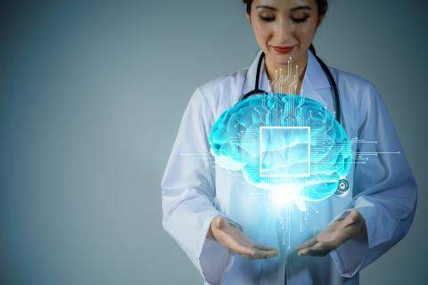 Doctora sosteniendo un cerebro holográfico