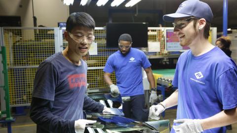 Dos trabajadores, un instructor chino y un empleado estadounidense, en Fuyao.