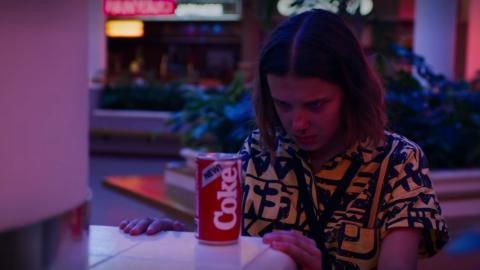 Eleven (Once), junto a una lata de New Coke en un capítulo de Stranger Things