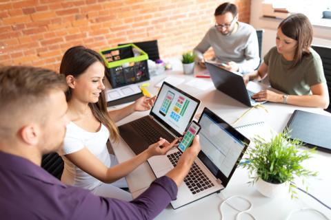 Un equipo trabaja desarrollando una app