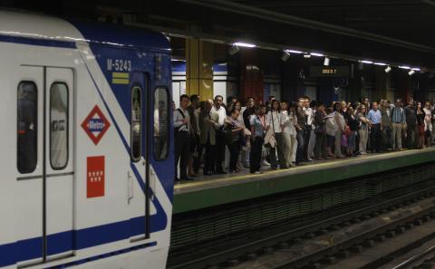 Una estación de Metro de Madrid donde la gente se agolpa en el andén esperando al metro.