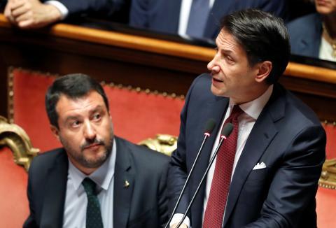 El ex primer ministro italiano, Giuseppe Conte, interviene en el Senado ante la mirada del ultraderechista Matteo Salvini