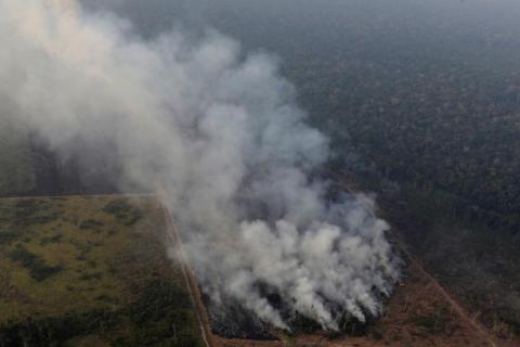 El humo se cierne sobre un incendio en la selva amazónica cerca de Porto Velho el 21 de agosto de 2019