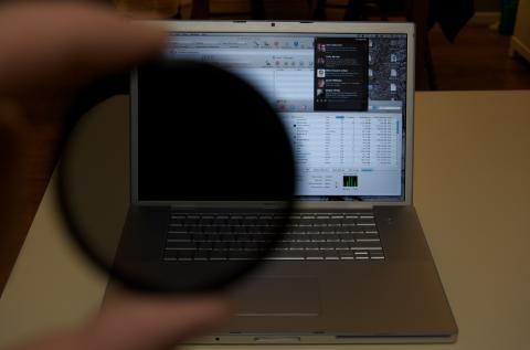 Un filtro polarizador para la pantalla de un ordenador portátil
