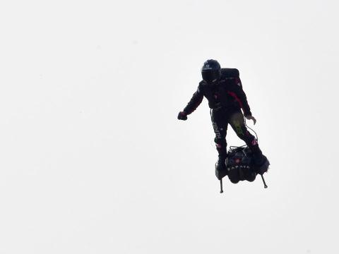 Franky Zapata en una tabla flotante propulsada por jets.