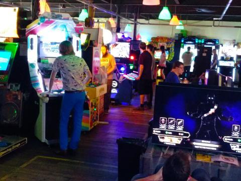 Gente en Arcade Club