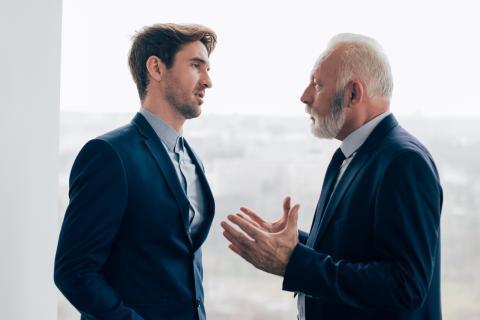 Encorvarse, poco contacto visual y descoordinación gestos de lenguaje corporal que debes evitar