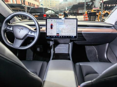Here's what the interior of the Model 3 looks like. Settings and information are largely concentrated in the touchscreen.