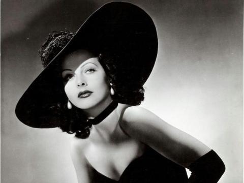 """Hedy Lamarr para un anuncio publicitario de """"Heavenly Body"""" en 1944."""