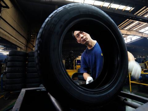 Hombre trabajando en una fábrica de neumáticos.