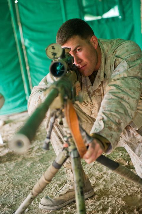 El sargento Hunter Bernius, un francotirador veterano del Cuerpo de Marines que dirige un curso de entrenamiento avanzado para nuevos francotiradores.