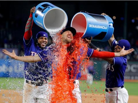 Hunter Pence se empapa en Gatorade después de un partido. Las bebidas energéticas están cargadas de azúcar que el cuerpo convierte en glucosa.