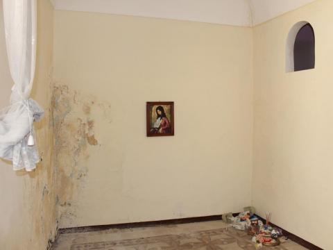 Inside, a few items from the previous owners had obviously been left behind, like this creepy portrait ...