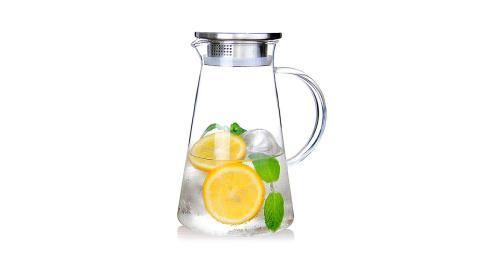 Una jarra de vidrio con tapa de acero inoxidable