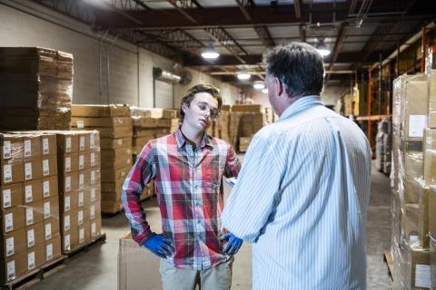 Un jefe discute con un empleado.