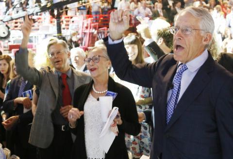 Jim Walton, Alice Walton and Chairman of the Board of Directors Rob Walton en una convención de Walmart.