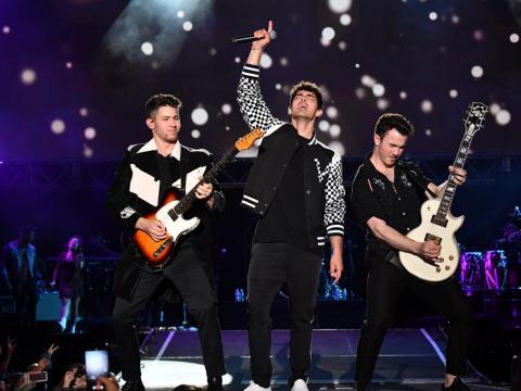 Los Jonas Brothers actuando en el escenario del Wango Tango 2019 de iHeartRadio.