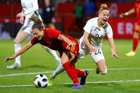 Una jugadora de la selección de fútbol de Alemania parece que se cae en un partido.