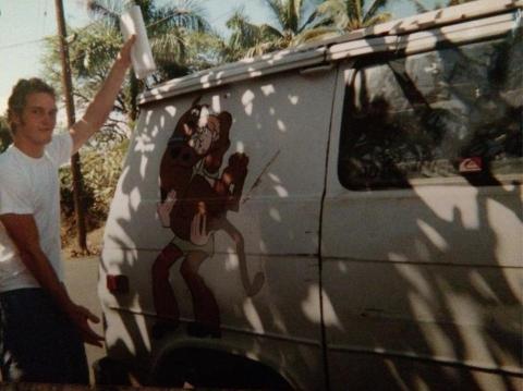Chris Pratt posando con su caravana.