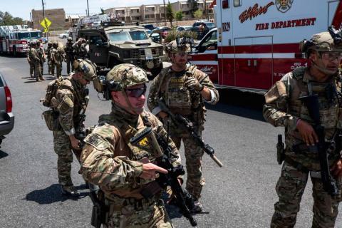Las fuerzas de seguridad acuden al lugar del tiroteo cerca del centro comercial Cielo Vista en El Paso, Texas, el sábado 3 de agosto de 2019.