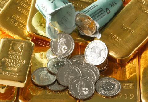 Lingotes de oro y francos suizos.
