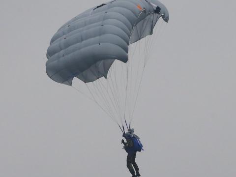 Según los medios de comunicación estatales rusos, el ejército ruso está desarrollando el sistema de paracaídas D-14 Shelest.