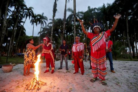 Miembros de las tribus indígenas de Surinam rezan por la protección de las tribus indígenas del Amazonas y Brasil el 9 de agosto