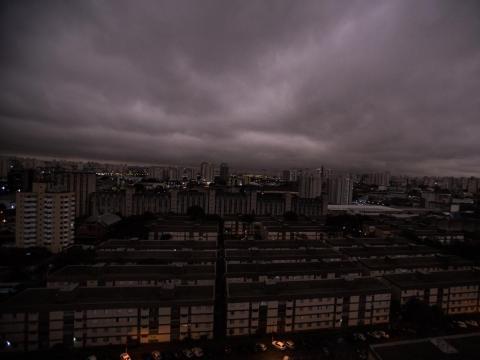En Sao Paulo, Brasil, se aprecia un cielo oscurecido debido a la nube de humo de los incendios forestales en el Amazonas, a miles de kilómetros de distancia, el 19 de agosto de 2019.