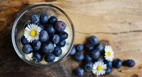 Moras, arándanos, fresas, ciruelas secas o uvas