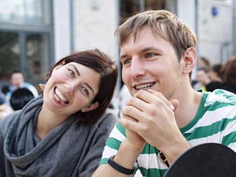 Mujer y hombre sonriendo