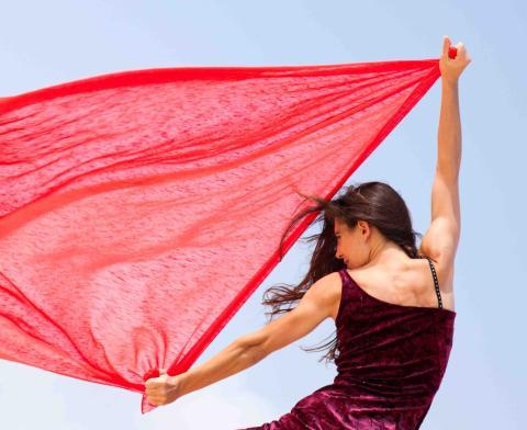Mujer con una sábana roja.