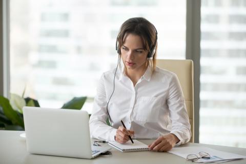 Mujer trabajando con auriculares