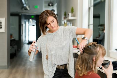 mujer trabajando en peluquería, belleza