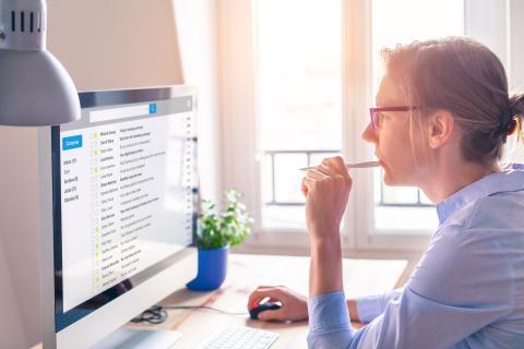 Mujer utilizando el correo electrónico desde el ordenador