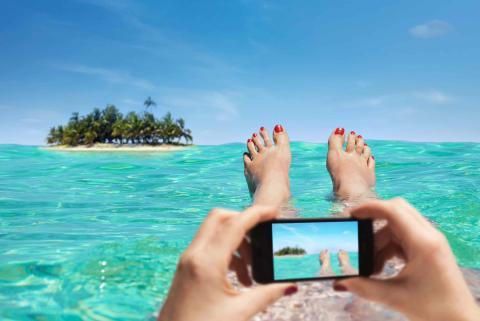 Mujer utilizando un smartphone en la playa.