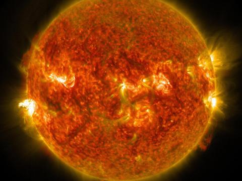 Una imagen de la NASA de una erupción solar desde el lado izquierdo del sol.