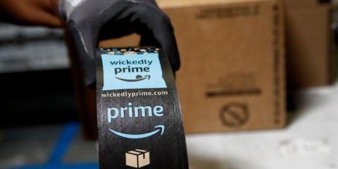 Un operario con un paquete de Amazon