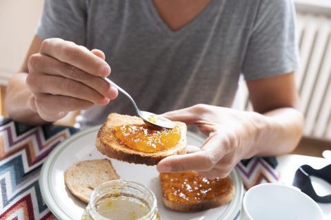Pan y mermelada  son dos alimentos que jamás debes tomar juntos.