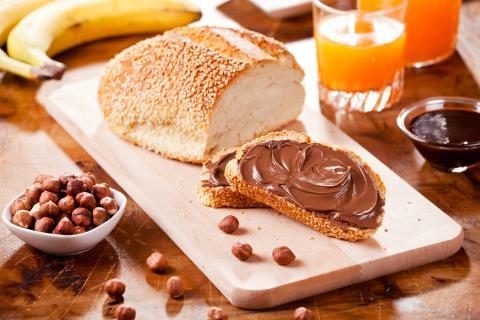 Desayuno con Nutella, avellanadas y zumo de naranja