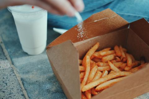 patatas fritas con sal, comida rápida