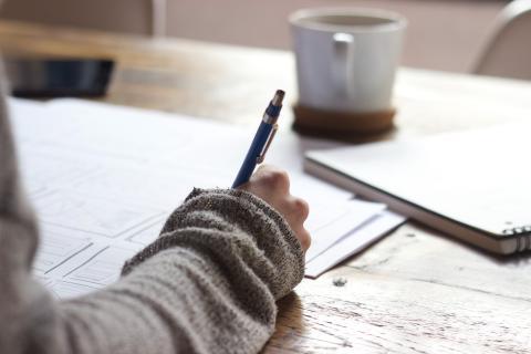 persona escribiendo, papeles, escritura