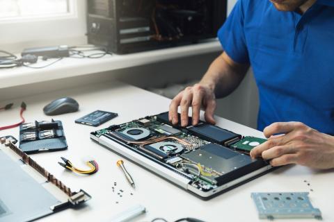 Técnico ampliando memoria de portátil a una memoria SSD