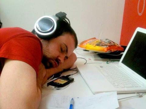 Trabajar muchas horas puede reflejar dedicación por tu trabajo.