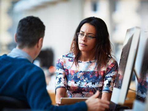 Puede ser frustrante si un compañero de trabajo trata de ganar prestigio por su trabajo.