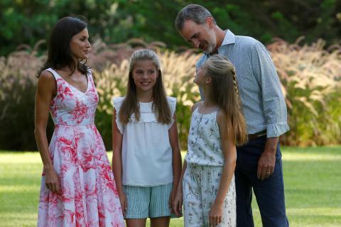 El rey Felipe VI y la reina Letizia junto a sus hijas, durante el posado familiar veraniego en Miravent.