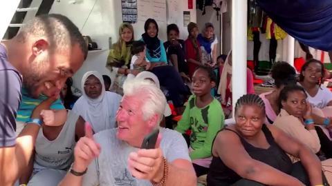 Richard Gere conversa con varios de los tripulantes del Open Arms.