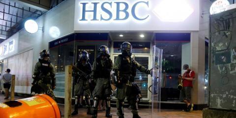 Policía antidisturbios frente a un banco HSBC en Hong Kong el 11 de agosto de 2019.